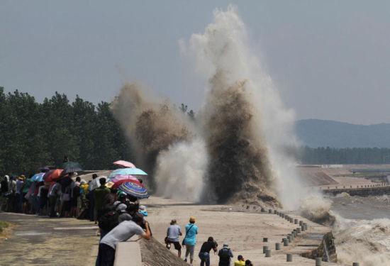 Hàng nghìn người đổ xô tới xem thủy triều cực hiếm trên sông Tiền Đường 4