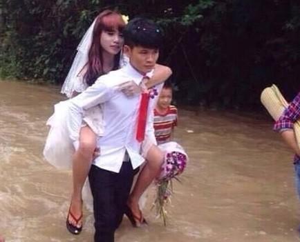 Chú rể cõng cô dâu vượt lũ trong ngày cưới gây xúc động mạnh 1