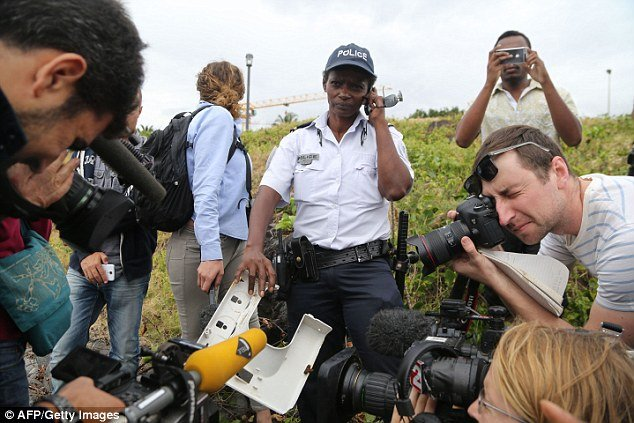 Phát hiện vật thể nghi cửa sổ máy bay trôi dạt vào đảo Reunion 1