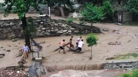 Trung Quốc: 9 du khách bị lũ cuốn, 5 người chết 1