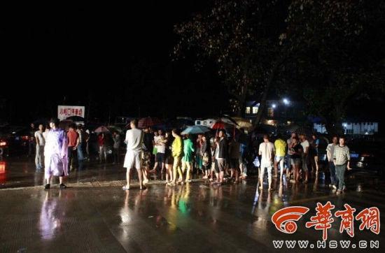 Trung Quốc: 9 du khách bị lũ cuốn, 5 người chết 3
