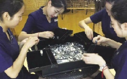 Mang 150 kg tiền xu đi mua nhẫn để cầu hôn bạn gái thời thơ ấu 1