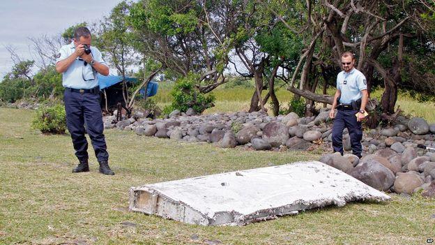 Mảnh vỡ dạt vào đảo Reunion là của máy bay MH370 1