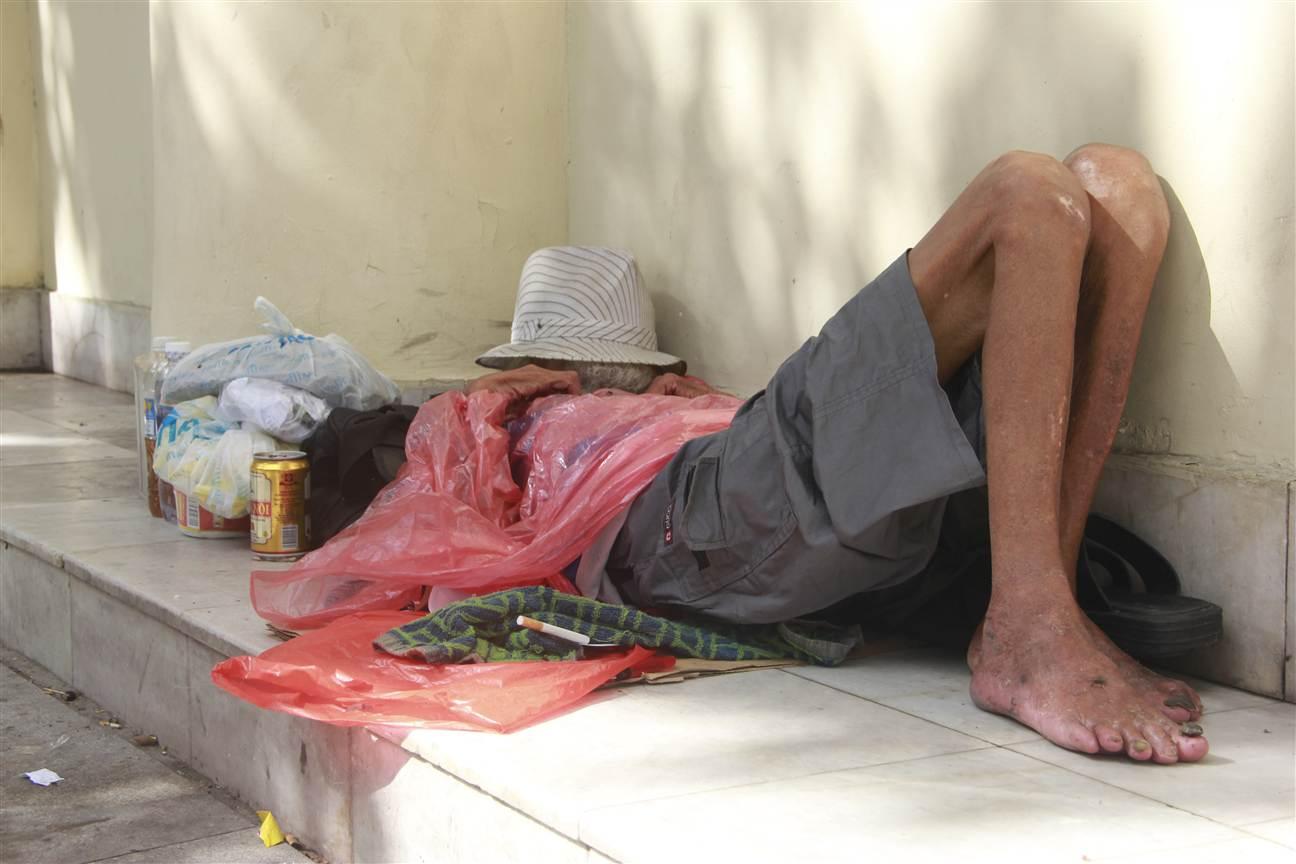 Hà Nội: Cụ già lang thang nằm