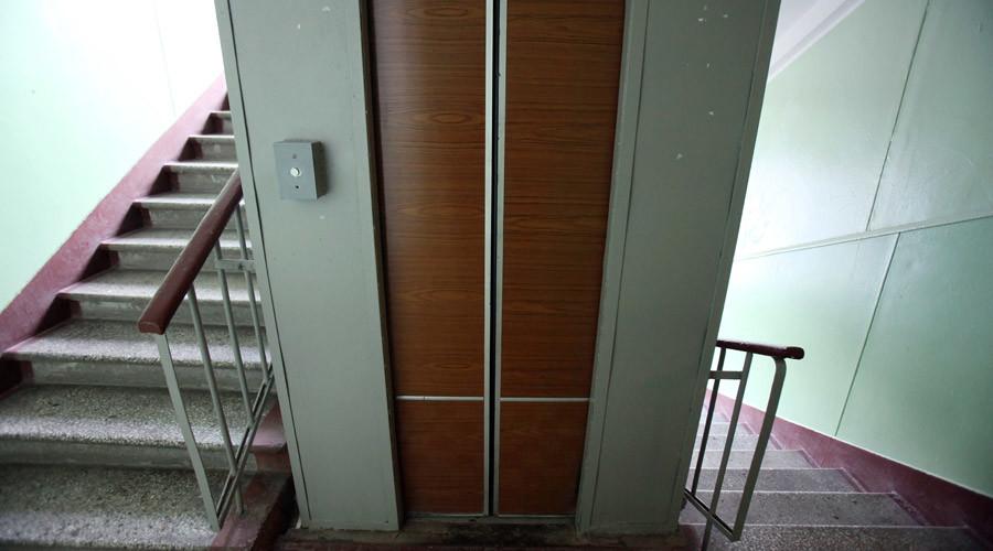 Súng hỏng, kẻ sát nhân mắc kẹt trong thang máy với nạn nhân 1