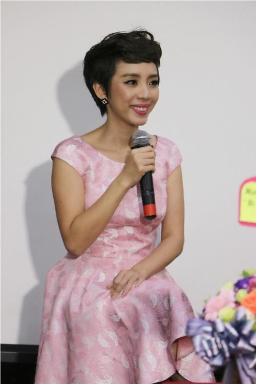 Thu Trang cười tươi bên chồng trong ngày ra mắt phim 1