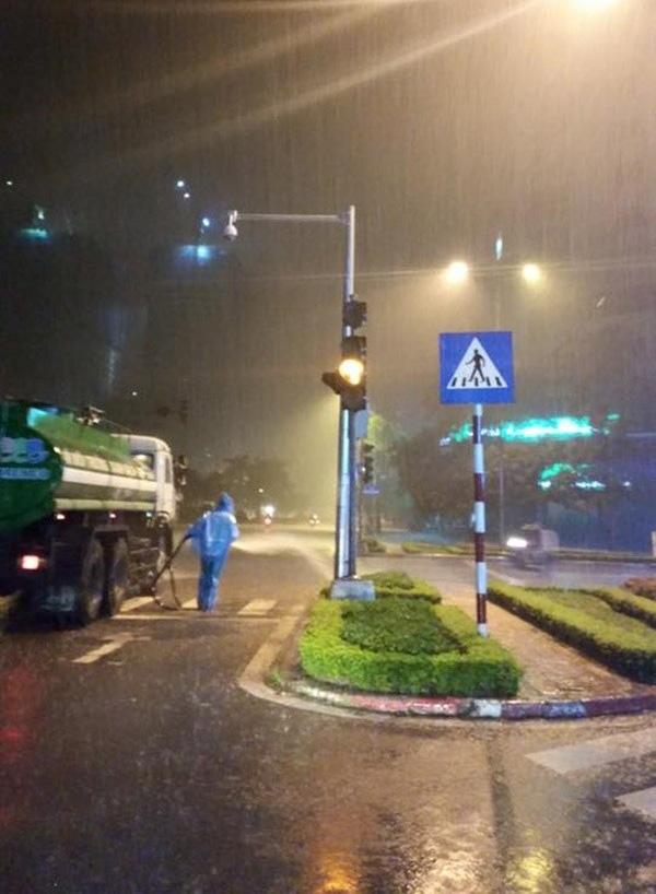 Sự thật sau bức ảnh công nhân tưới cây dưới trời mưa gây tranh cãi 1