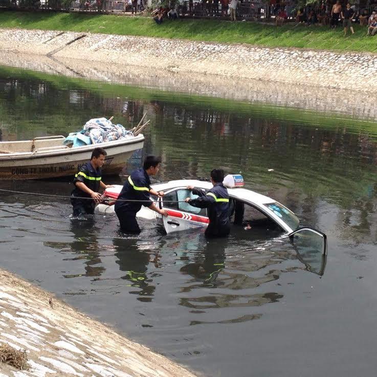 Hà Nội: Taxi mất lái húc tung lan can, lao xuống sông Tô Lịch 1
