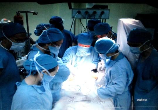 Bác sĩ kể lại ca phẫu thuật cứu bé sơ sinh bị dao đâm vào đầu 1