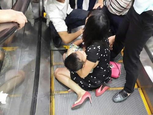 Hình ảnh Hà Nội: Bé trai 3 tuổi bị kẹt chân ở thang cuốn số 1