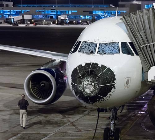 Máy bay vỡ kính, bẹp dúm mũi do mưa đá khi bay qua bão lớn 1