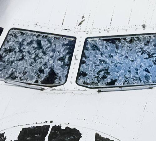 Máy bay vỡ kính, bẹp dúm mũi do mưa đá khi bay qua bão lớn 2