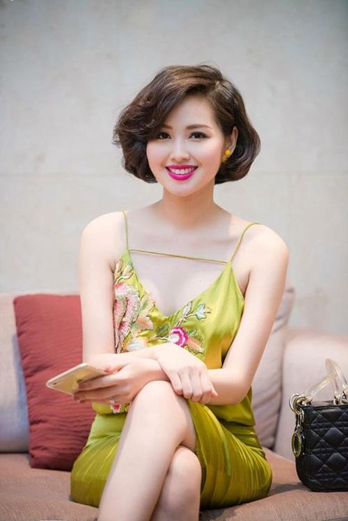 Facebook sao Việt: Sơn Tùng M-TP dẫn thời sự VTV, Hoàng Thùy Linh rạng ngời đón sinh nhật 14