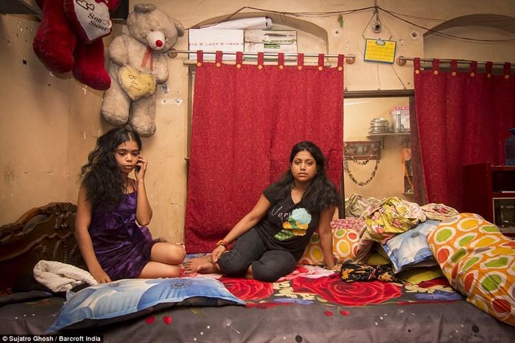 Cận cảnh cuộc sống của gái mại dâm ở khu đèn đỏ lớn nhất châu Á 9