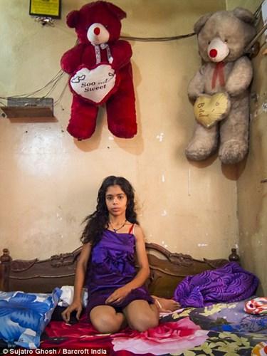 Cận cảnh cuộc sống của gái mại dâm ở khu đèn đỏ lớn nhất châu Á 7