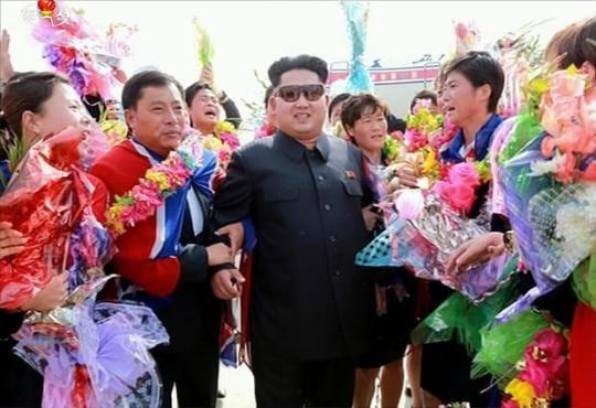 Kim Jong-un thân chinh ra sân bay đón đội bóng đá nữ quốc gia 3