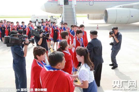 Kim Jong-un thân chinh ra sân bay đón đội bóng đá nữ quốc gia 4