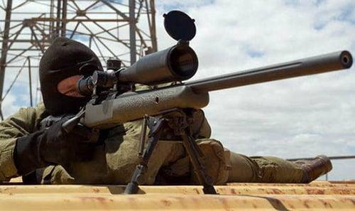 Lính bắn tỉa Anh kịp giải cứu hai cha con sắp bị IS chặt đầu 1