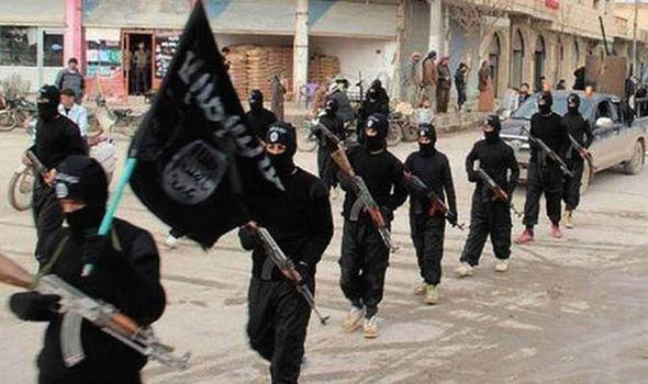 Lính bắn tỉa Anh kịp giải cứu hai cha con sắp bị IS chặt đầu 6