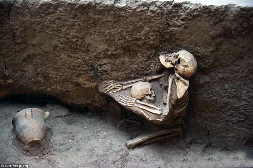 Phát hiện hài cốt mẹ ôm con 4.000 tuổi gây xúc động 1