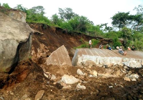 Sập mỏ đá, 4 công nhân bị chôn vùi 1
