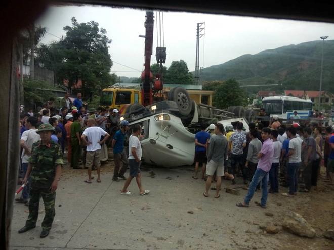 Xe container lật ngửa giữa đường, tài xế và phụ xe đập cửa cabin kêu cứu 1