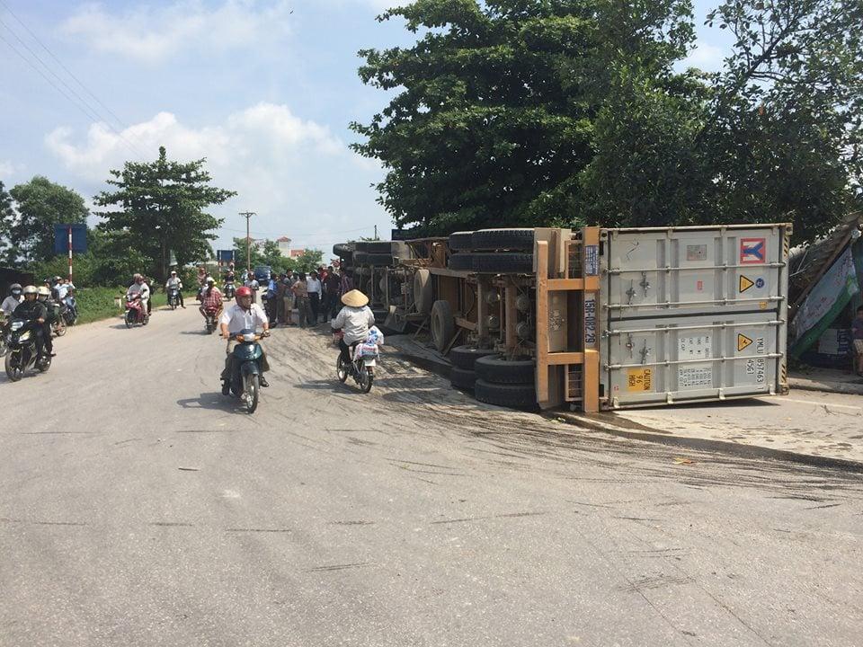 Container lật nghiêng, đâm đổ cột điện cạnh nhà dân 2