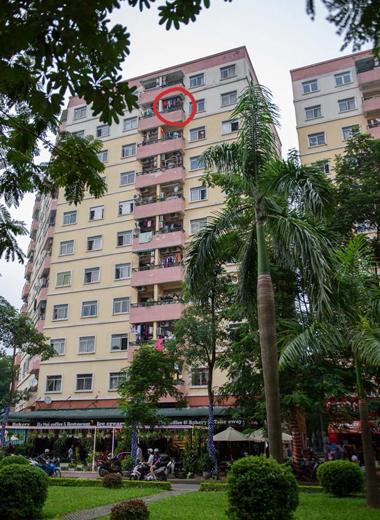 Bé trai bị rơi khi chơi ở lan can chung cư cao tầng 1
