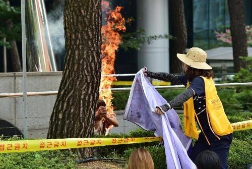 Video: Cụ ông tự thiêu trước Đại sứ quán Nhật ở Hàn Quốc 1