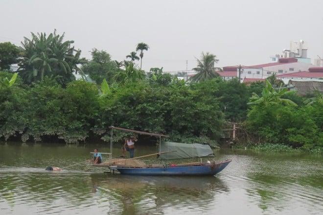 Đang đánh cá, phát hiện thi thể nam giới nổi trên sông 1