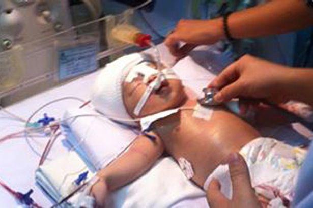 Giây phút gặp gỡ lặng lẽ của mẹ và cháu bé 11 ngày tuổi bị đâm 2