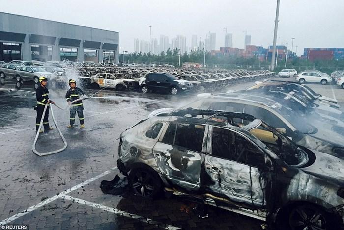 Hàng nghìn ôtô bị phá hủy sau vụ nổ ở Trung Quốc 4