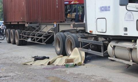 Nam thanh niên chết thảm sau cú va chạm với xe container 1