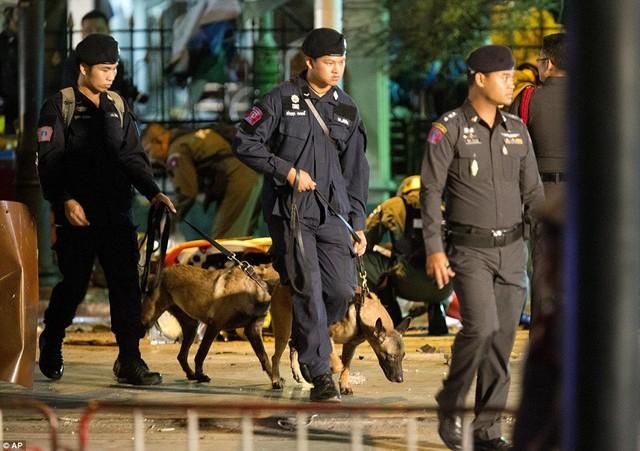 Cận cảnh hiện trường vụ đánh bom trung tâm Bangkok, hàng chục người chết 14