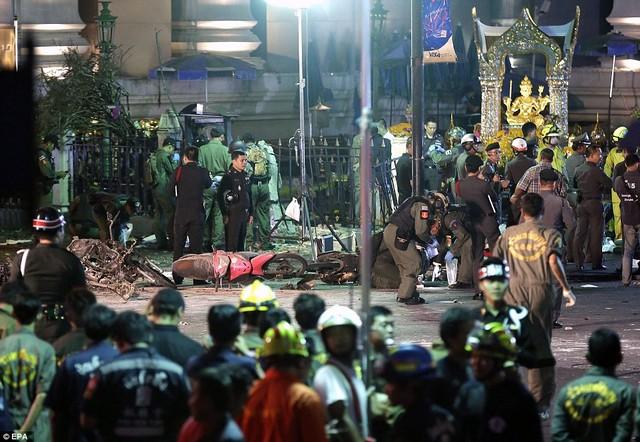 Cận cảnh hiện trường vụ đánh bom trung tâm Bangkok, hàng chục người chết 10