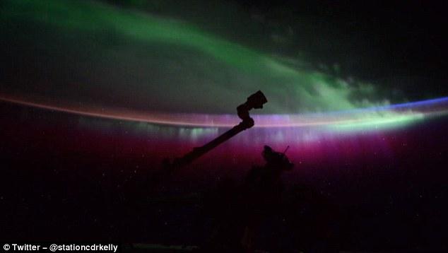 Video: NASA bắt được cảnh cực quang tuyệt đẹp cách trái đất 400 km