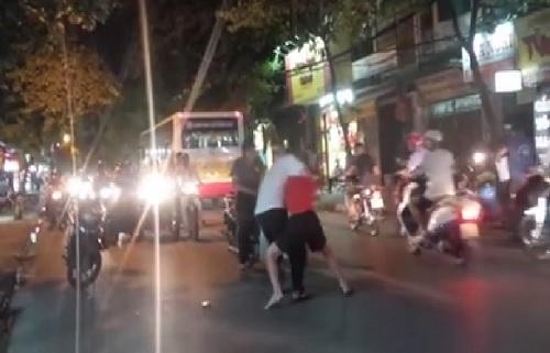 Hà Nội: Va chạm giao thông, thanh niên lao vào đánh người túi bụi 1