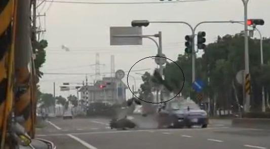 Tài xế bị hất văng lên sau cú va chạm giao thông