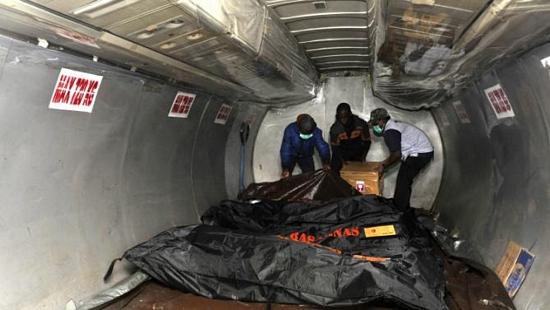 Tìm thấy các bao tiền tại hiện trường máy bay Indonesia gặp nạn 3