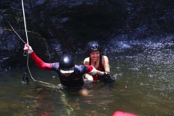 Hải Băng hoảng hốt khi Trương Nam Thành hụt chân ngã khỏi thác nước cao 500 mét 2