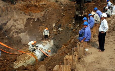 Hình ảnh Hà Nội khẩn cấp làm đường ống dẫn nước sạch sông Đà số 1