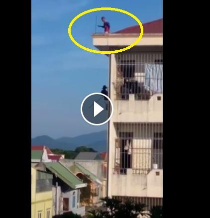 Giữa trưa nắng, thanh niên trèo lên mái nhà