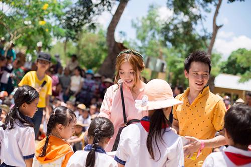 Elly Trần giản dị đi phát quà trung thu cho trẻ em 1