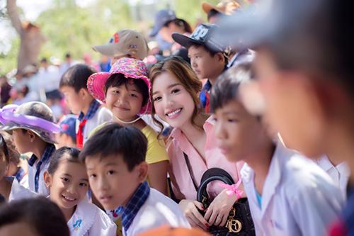 Elly Trần giản dị đi phát quà trung thu cho trẻ em 2