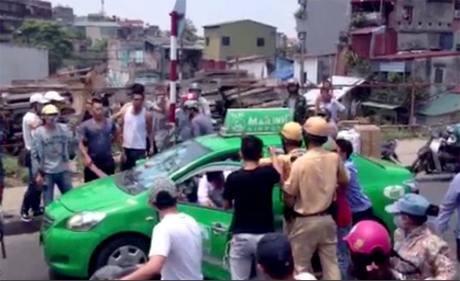 Hà Nội: Truy đuổi tài xế hất cảnh sát lên nắp ca pô 1