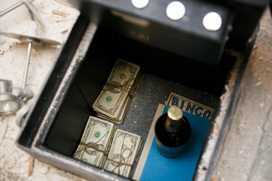 Bất ngờ phát hiện két sắt bí mật chứa nhiều tiền khi sửa bếp 3