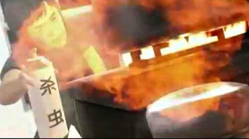Video: Xịt thuốc diệt gián gần bếp gas, bà nội trợ biến thành