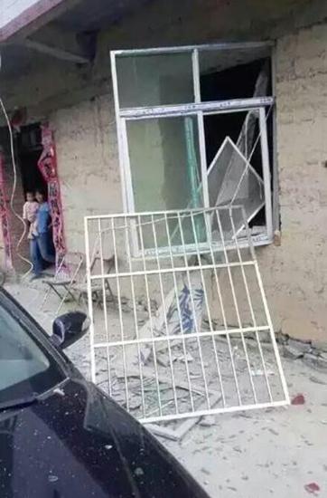 Hiện trường mảnh vỡ tên lửa rơi thủng nhà dân tại Trung Quốc 4