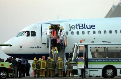 Hành khách nữ dùng dao cạo, bình hơi cay đánh nhau trên máy bay 1