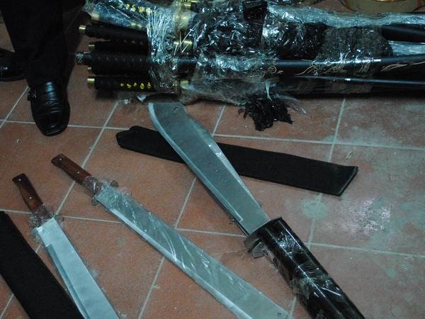 Bắt giữ nhiều kiếm sắt, dao găm nhập lậu 1